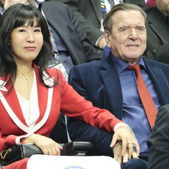 Bivši njemački kancelar Gerhard Schröder sa suprugom iz Južne Koreje Soyeon Schröder-Kim (Foto: Michael Kappeler/DPA/PIXSELL)