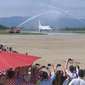 Vatrogasci vodenim topovima pozdravili nogometaše (Dnevnik.hr)