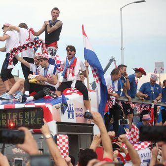 Okupljeni građani na Mostu slobode pozdravljaju Vatrene (Foto: Zarko Basic/PIXSELL)