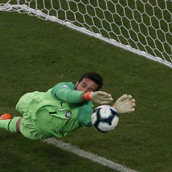 Alisson brani penal Paragvaju (Foto: AFP)