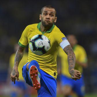 Dani Alves kontrolira loptu (Foto: AFP)