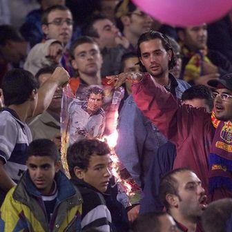 Navijači Barcelone pale Figovu sliku (Foto: AFP)