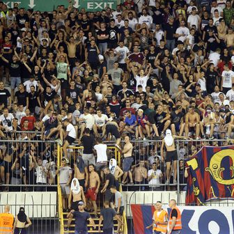 Navijači Hajduka upali na travnjak Poljuda (Foto: Ivo Cagalj/PIXSELL)