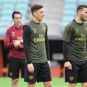 Mesut Özil i Sead Kolašinac (Foto: Arne Dedert/DPA/PIXSELL)