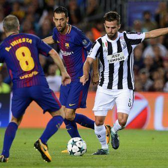 Sergio Busquets, Miralem Pjanić i Andres Iniesta (Foto: AFP)