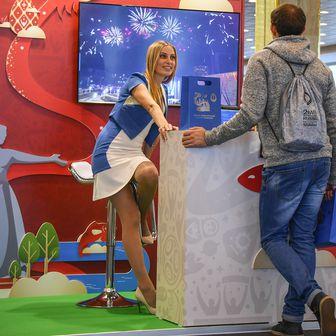 Volonterka na Svjetskom prvenstvu (Foto: AFP)