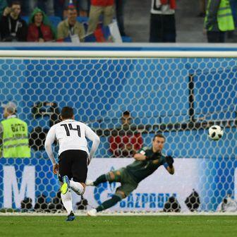 Mohamed Salah zabija gol iz penala (Foto: AFP)