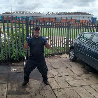 Alexander, vlasnik autoservisa u blizini Hampden Parka