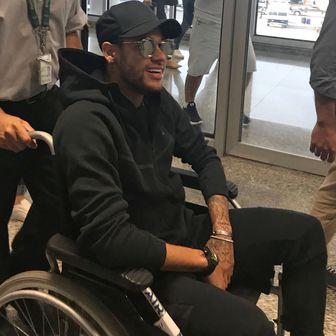 Neymar u kolicima (Foto: AFP)