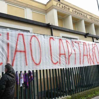 Transparent ispred Fiorentininog stadiona (Foto: AFP)