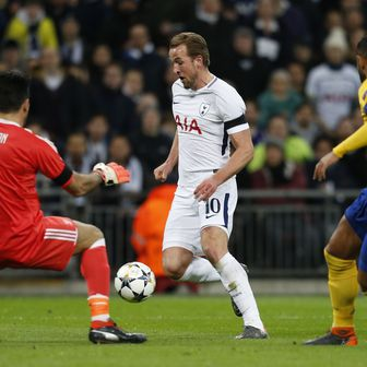 Harry Kane protiv Gigija Buffona (Foto: AFP)