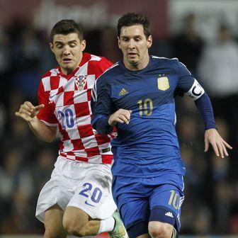 Kovačić u duelu protiv Messija (Foto: AFP)