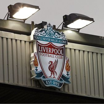 Grb Liverpoola na Anfieldu (Foto: AFP)
