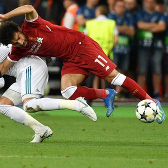 Sergio Ramos ruši Mohameda Salaha (Foto: AFP)