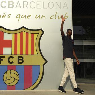 Ousmane Dembele i grb Barcelone (Foto: AFP)
