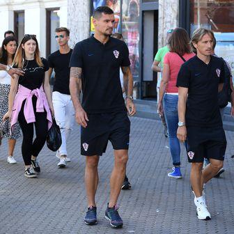 Luka Modrić i Dejan Lovren u šetnji Zagrebom (Foto: Marko Lukunic/PIXSELL)