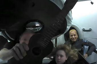 Posada Inspiration4 zabavlja se u orbiti iznad Zemlje svirajući i ukulele