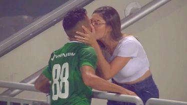 Poljubac igrača i djevojke