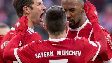 Thomas Müller slavi gol sa suigračima