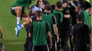 Cristiano Ronaldo skače na policajca