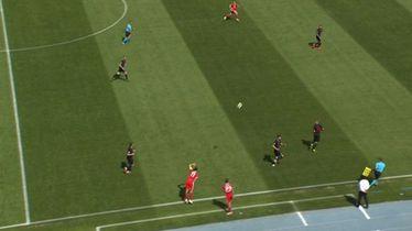 Bale ubacuje loptu sa strane