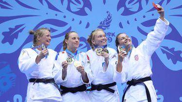 Barbara Matić na postolju s medaljom radi selfie