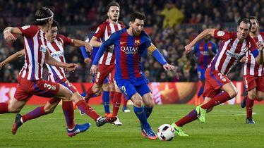 Lionel Messi okružen igračima Atletica