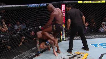 Jones udara koljenom