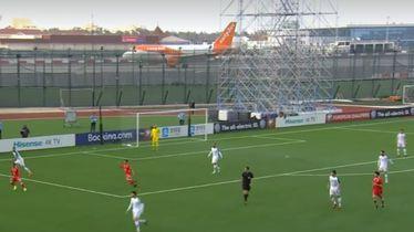 Avion prolazi iza stadiona