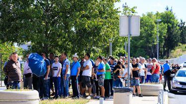 Navijači u redu za kupnju ulaznice za utakmicu Hrvatska - Mađarska
