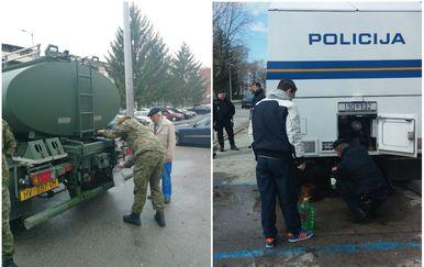 Vojska i policija dijele vodu Brođanima (Foto: MORH/Dnevnik.hr)