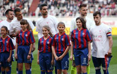Igrači Dinama i Hajduka u majicama posvećenim malenoj Mili (Foto: Miranda Cikotic/PIXSELL)