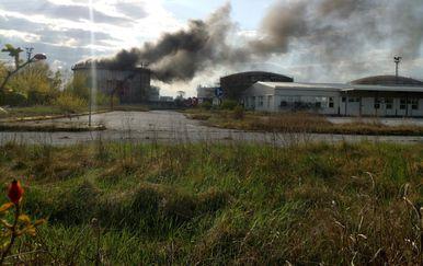 Požar u bivšem DIOKI-ju na Žitnjaku (Foto: Čitateljica)