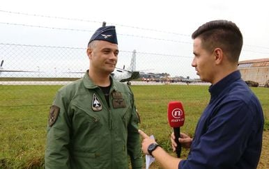 Ivan Forjan prati dolazak borbenih aviona na Pleso (Foto: Dnevnik.hr) - 1
