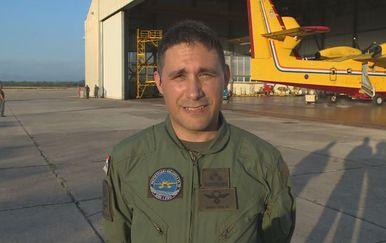 Satnik Denis Smajo, pilot Air Tractora, tijekom javljanja uživo u Dnevnik 12.08.2018. (Foto: Dnevnik.hr)