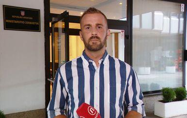 Vjekoslav Đaić ispred ministarstva zdravstva (Foto: Dnevnik.hr)