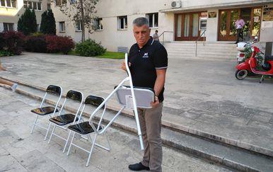 Miro Bulj s četiri stolice ispred zgrade županije u Splitu (Foto: Mario Jurič/Twitter)