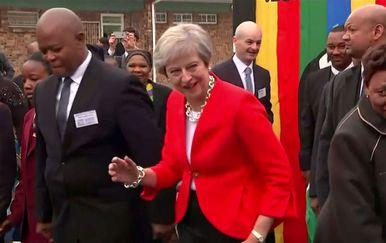 Theresa May zaplesala sa školarcima u Cape Townu (Screenshot: Reuters)