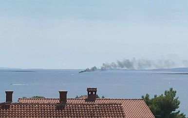 Požar broda kod Krka (Foto: Dalibor Dobrić/Facebook)