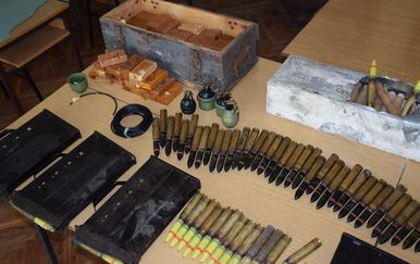 Arsenal oružja pronađen u kući (Foto: PU sisačko-moslavačka)