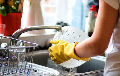 Žena pere suđe