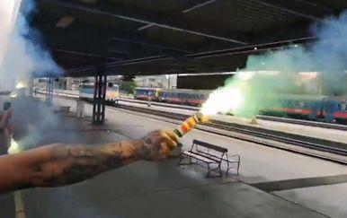 Upaljena baklja iz vlaka (Screenshot)