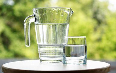 Vrč i čaša vode