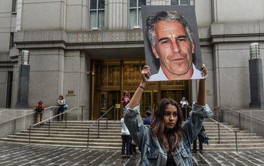 Prosvjednica drži fotografiju Jeffreyja Epsteina (Foto: AFP)
