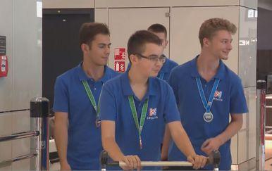 Učenici s medaljama (Foto: Dnevnik.hr)