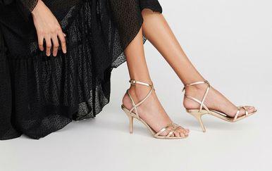 Zlatne sandale odlično se slažu uz sve komade