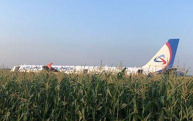 Avion Ural Airlinesa prinudno sletio u polje (Foto: AFP)