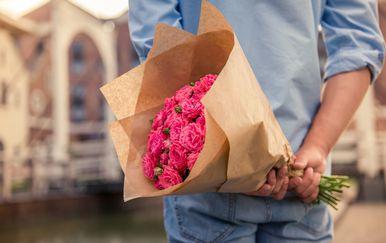 Muškarac sa cvijećem