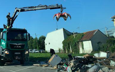 Kamion Čistoće odvozi glomazni otpad s divljeg odlagališta pored nacionalne knjižnice (Foto: Dnevnik.hr)