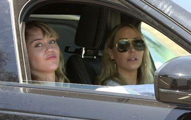 Miley Cyrus i Kaitlyn Carter (Foto: Profimedia)